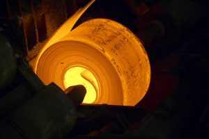 bandstalenrol op lastemperatuur in de staalfabriek