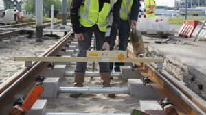 werkzaamheden aan tramlijn 23 in Rotterdam met verzinkte buizen
