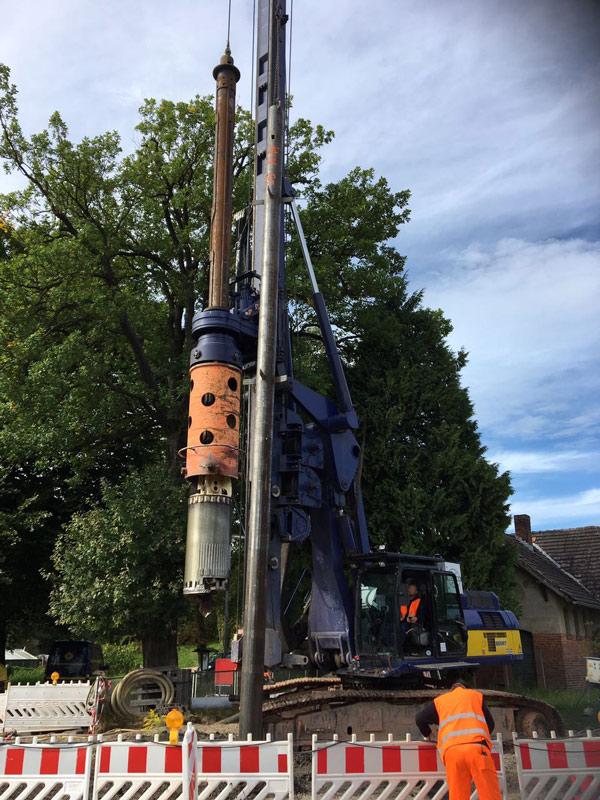Solines leverde buizen voor de fundering van verkeerslichten en slagbomen van een spoorwegovergang